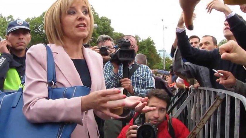 Хора на Мая Манолова с протест в подкрепа на машинното гласуване