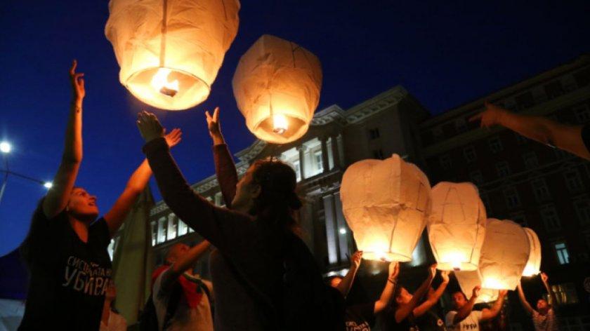 69-и ден на протест: Бели фенери полетяха над Министерския съвет