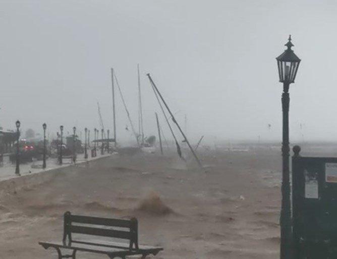 Циклонът в Гърция спря тока, наводни къщи