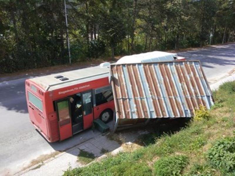 Градски автобус събори спирка в Смолян