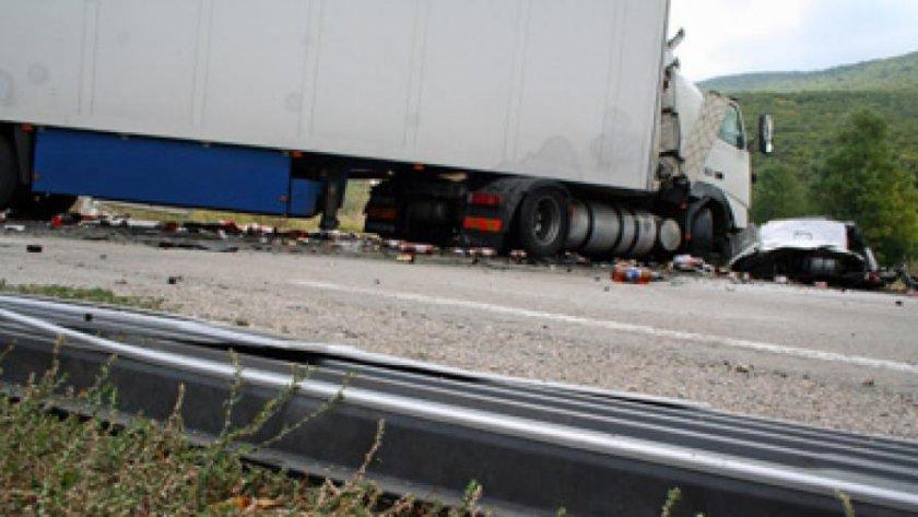 Катастрофа с три камиона задръсти Бургас - София