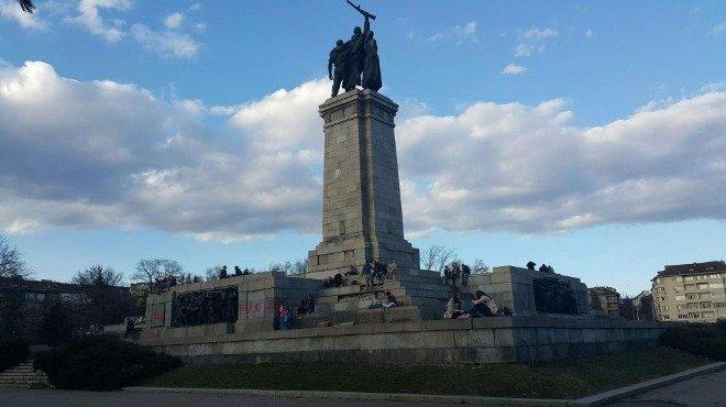 Паметникът на Съветската армия осъмна с черна свастика