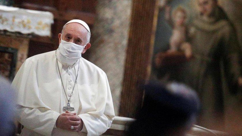 Папата се появи за първи път с маска