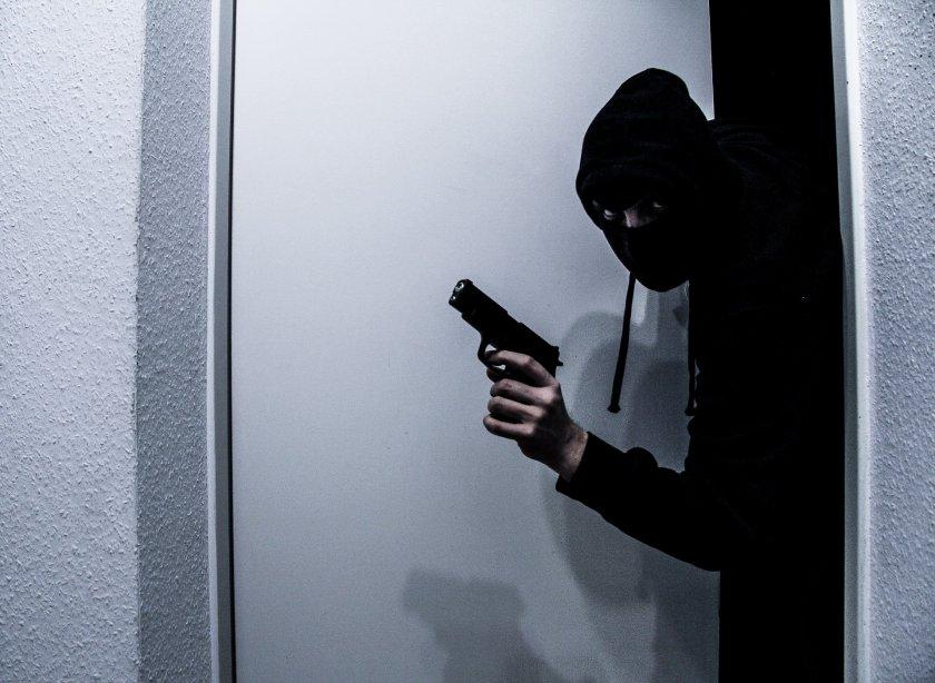 Крадец опита да обере хипермаркет със запалка-пистолет