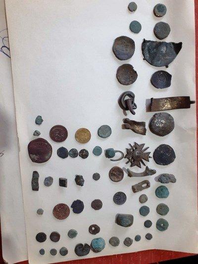 Трима иманяри кътат 170 монети и артефакти
