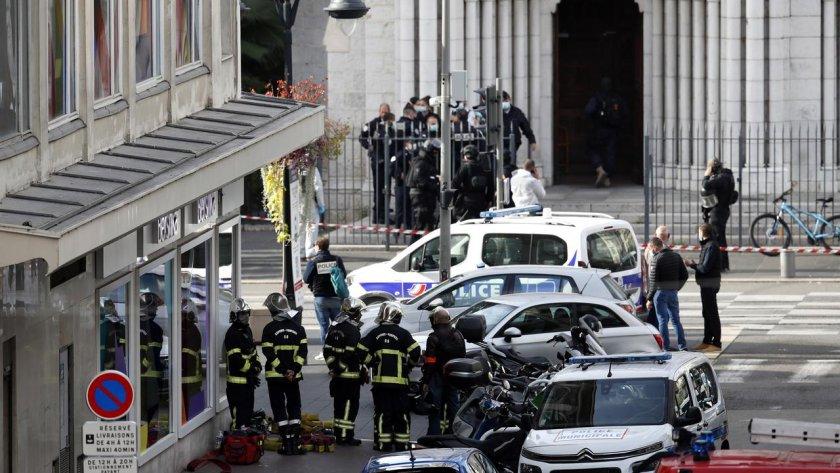 Масов тероризъм: Мъж се нахвърли срещу полицията и в Авиньон