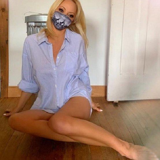 Памела Андерсън остана по маска