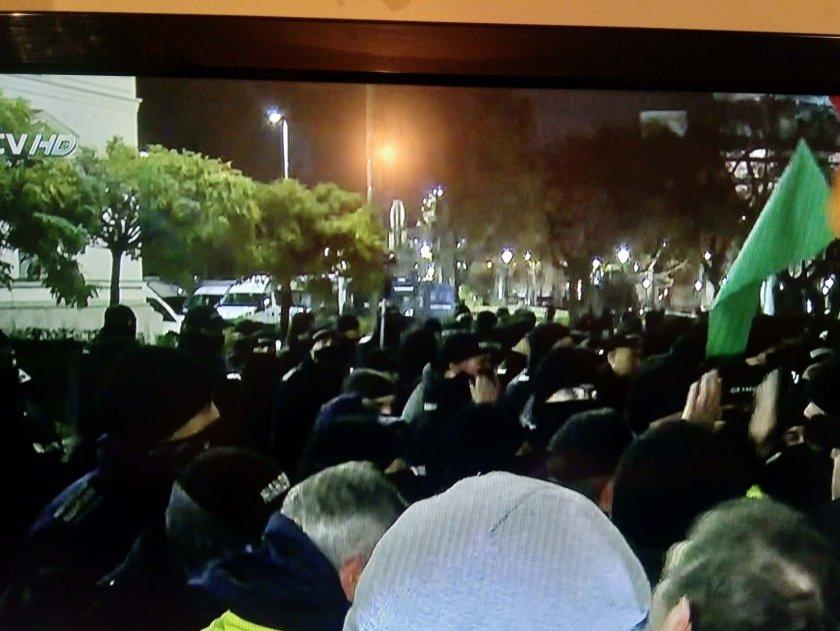 Протестът ескалира: Полиция и недоволни в сблъсък