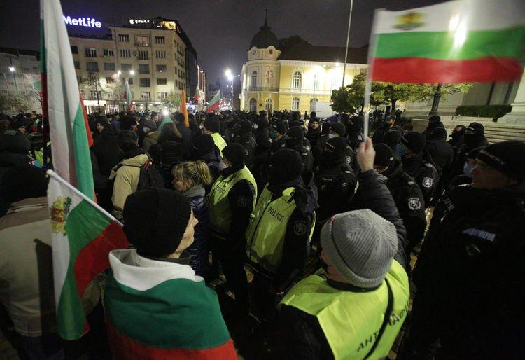 Петима с белезници след снощния протест