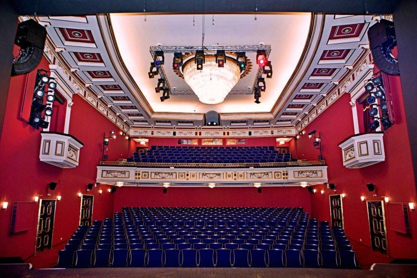 Глътка въздух: Театрите остават отворени