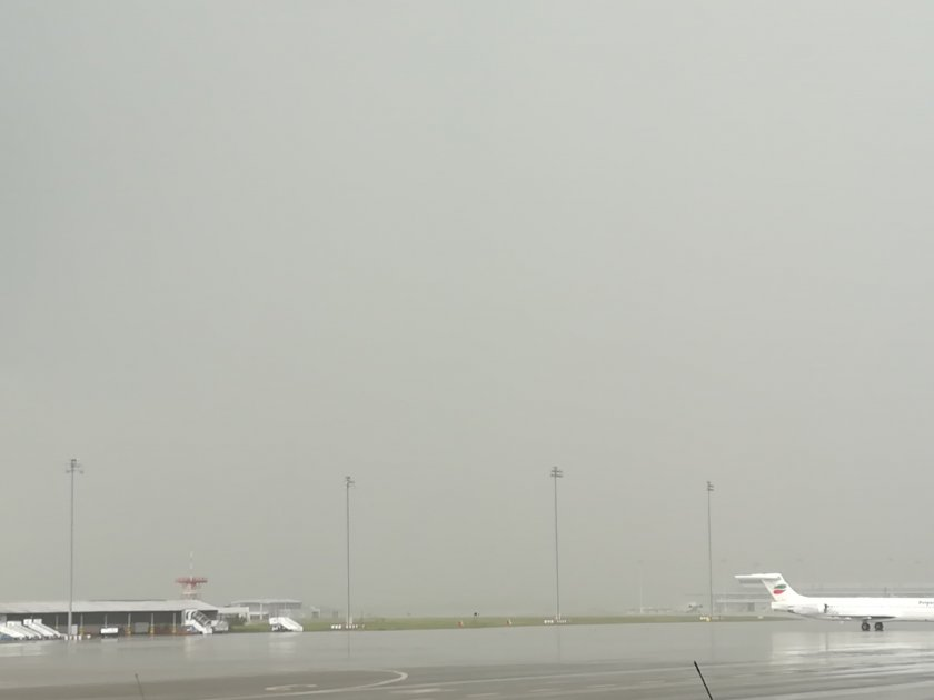 """Само в Lupa.bg: Торнадо блокира летище """"София"""""""