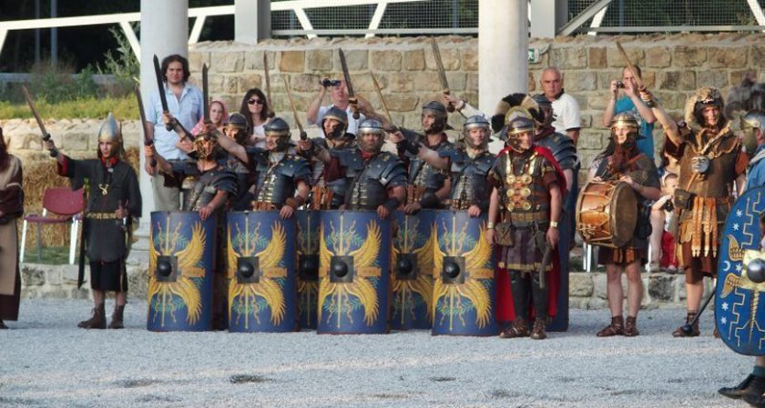 Гладиатори и варвари завземат Свищов