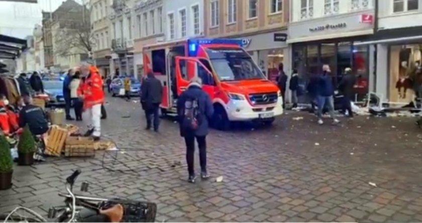 Кола се заби в пешеходци в Германия, уби двама