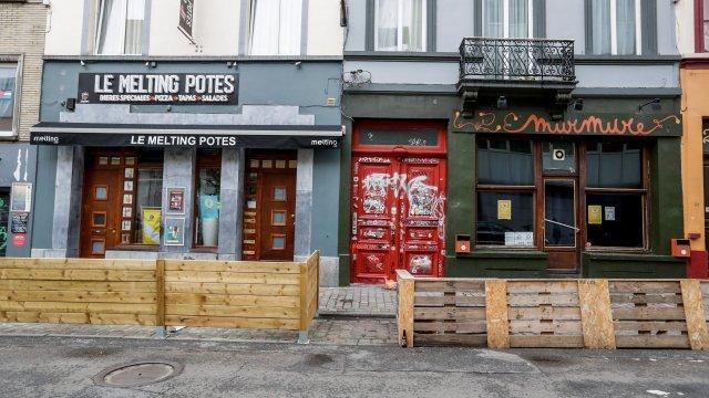България затваря, Белгия отваря магазините