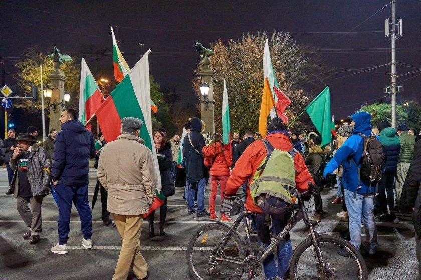 Ден 143 на протести: Бунтарите се вързаха с въжета и вериги