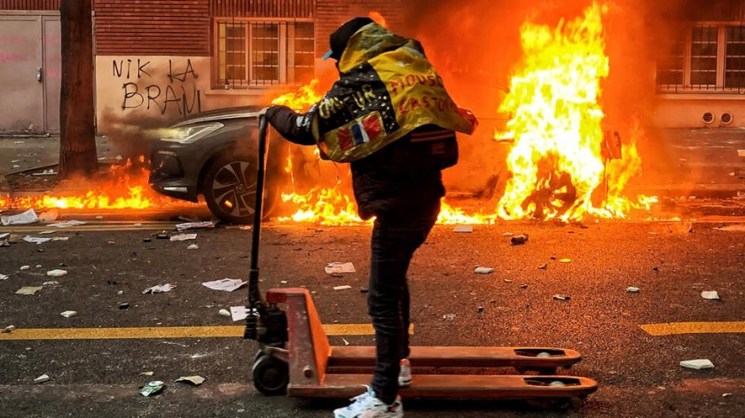 """Париж """"пламна"""": Бунтари в сблъсък с полицията, има ранени"""