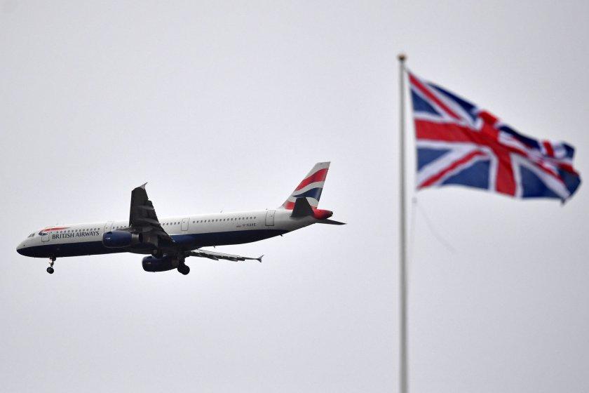 Китай спира полетите до Великобритания заради новия щам на вируса