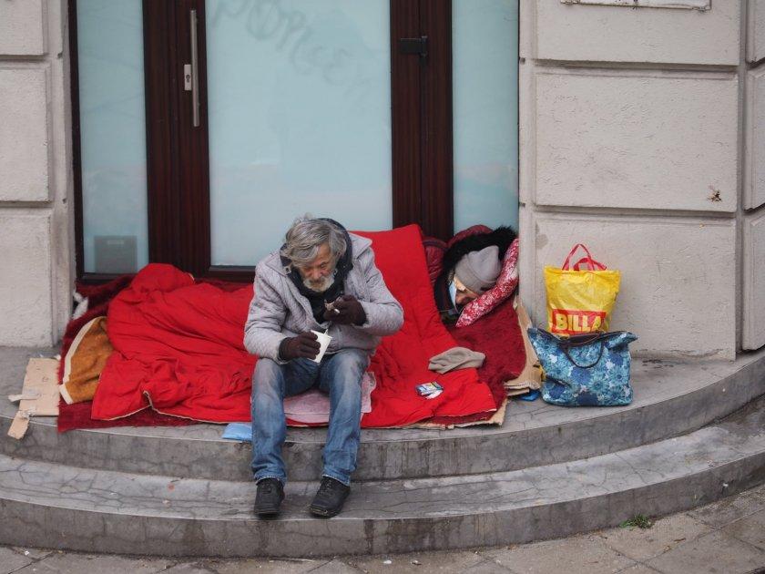 ПОМОЩ! Бездомница умира на улицата в София
