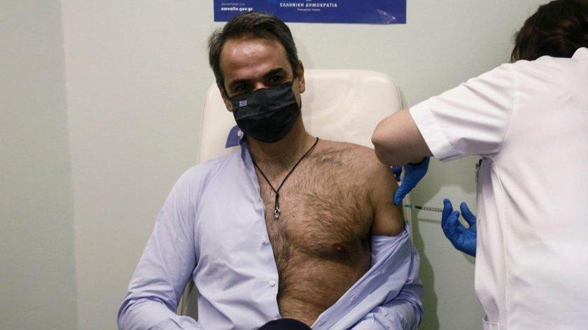 Радвайте се, дами: Гръцкият премиер се разголи за... ваксина