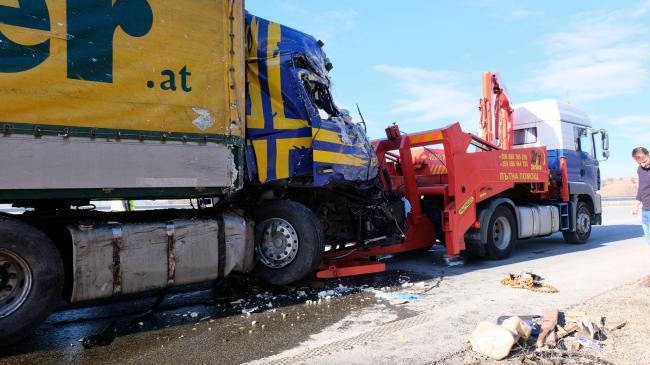 """ТИР с мандарини се заби в камион с масло на АМ """"Струма"""" (снимки)"""