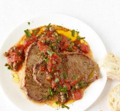 Светкавичен телешки стек с доматен сос и каперси