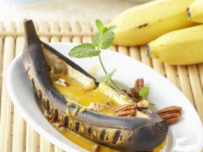 Банани на барбекю с кокосов сос и орехи