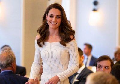 Херцогиня Катрин сияе в бяла рокля (СНИМКИ)
