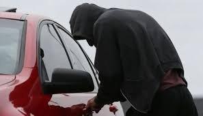 Eкшън в столицата: Мъж хвана крадец, докато обира колата му