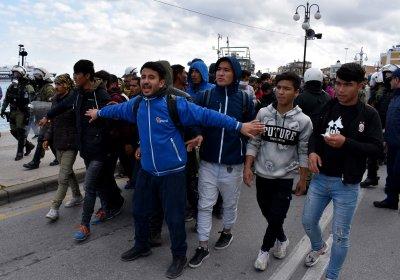Гонка между полиция и трафикант, превозващ бежанци