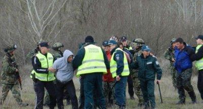 След гонка: Полицаи закопчаха трафикант на деветима сирийци