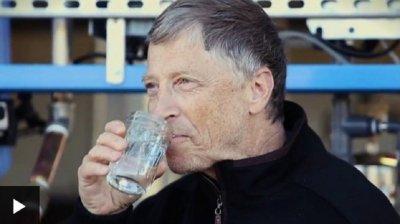 ОПИТ: Бил Гейтс пие фекална вода