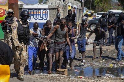 200 лишени от свобода избягаха от затвора в Хаити