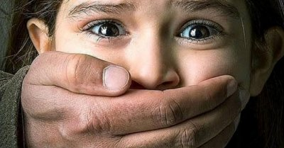 Извращение: Баща изнасилва 13-годишната си дъщеря пред очите на жена си