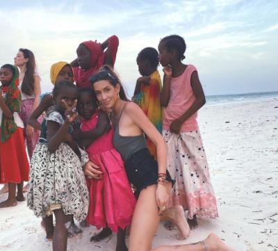 И щерката на Фатик се прави на Анджелина Джоли в Занзибар