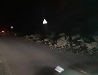 Скала блокира пътя за Нареченски бани