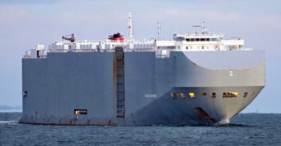 Кораб с коли избухна в Оманския залив