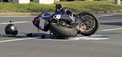 Млад моторист бере душа