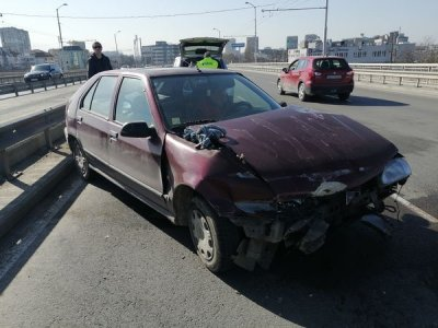 Тир размаза кола в София