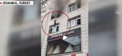 ДРАМА: Майка хвърля децата си от 3-я етаж заради пожар (ВИДЕО)