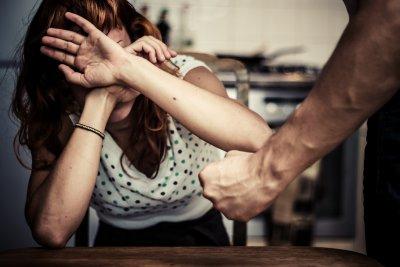 Насилник плаши жена си с убийство, закопчаха го