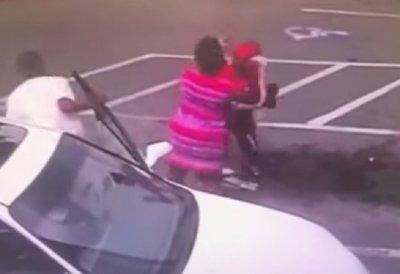 """Майна е """"галант"""": Пловдивчанин фрасна майка с бебе"""
