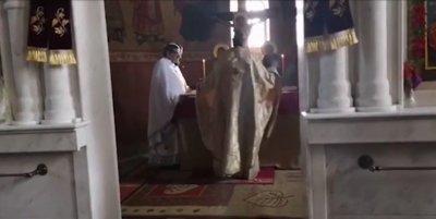 Як екшън: Свещеници паднаха от 2-я етаж при масов бой