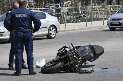 Пиян шофьор помете моторист в София