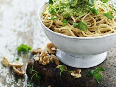 Спагети салата с магданозено песто и орехи