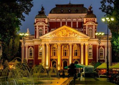 Народният театър започва кампания за осветяване на уникалната си сграда