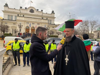 """Скандалният Дионисий """"благославя"""" новите депутати (СНИМКИ)"""