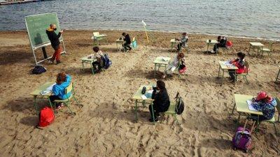В Испания ученици учат на метри от морето