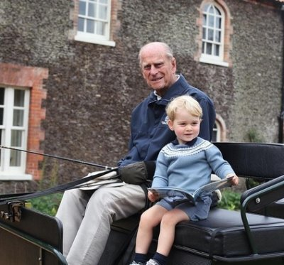 Принц Уилям пусна непознати снимки на дядо си