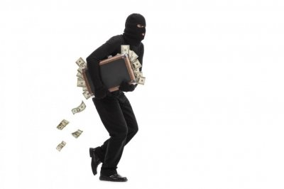 Крадец сграбчи пари от касата, избута охранителя и избяга