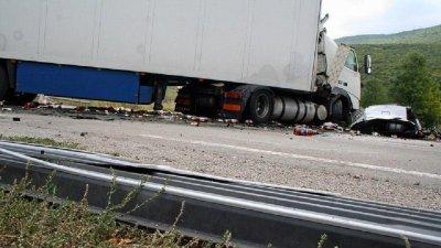 АД: Камион премаза две коли край Бургас, има затиснати хора